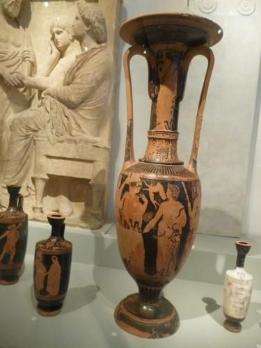 Lutróforo hallado en Sounion, c. 420-410 a.e, con escena de boda. A la manera del pintor de Medias.. Altes Museum, Berlín.